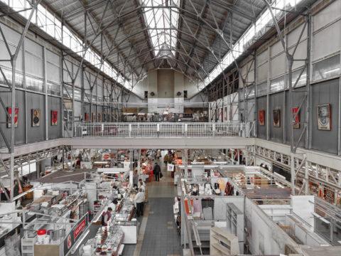 Bild: Der Markt von Āgenskalns - Āgenskalna tirgus - in einer Innenansicht von 2014. Gut zu erkennen sind die grazil wirkenden und vernieteten Stahlträger der Dachkonstruktion. Der Markt ist mittlerweile wegen Renovierungsarbeiten geschlossen.