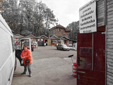 Bild: Der Markt von Āgenskalns - Āgenskalna tirgus - in einer Außenansicht von 2014. Im Außenbereich gab es allerhand interessante Händler zu entdecken. Der Markt ist mittlerweile wegen Renovierungsarbeiten geschlossen.