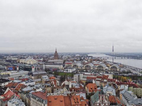 Bild: Der Zentralmarkt von Rīga. Aufgenommen vom Turm der Peterskirche. Anfang November 2017. OLYMPUS OM-D E-M1 Mark II mit LEICA H-X015E-K DG SUMMILUX 1.7 / 15mm. Klicken Sie auf das Bild, um es zu vergrößern.