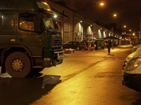 Bild: Auf dem Außengeländes des Zentralmarktes von Rīga. Der Nachtmarkt. Ende Dezember 2014. OLYMPUS OM-D E-M1 mit M.ZUIKO DIGITAL ED 12‑40mm 1:2.8 PRO Klicken Sie auf das Bild, um es zu vergrößern.
