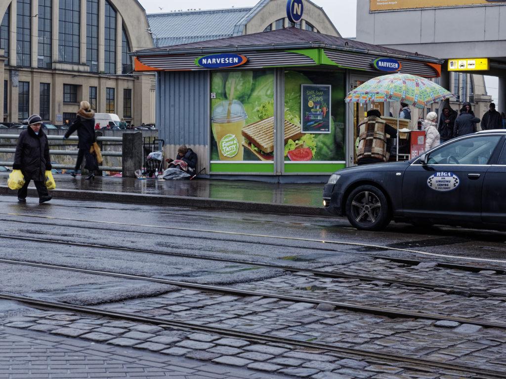 Bild: Auf dem Außengeländes des Zentralmarktes von Rīga. Ende Dezember 2015. OLYMPUS OM-D E-M1 mit M.ZUIKO DIGITAL ED 12‑40mm 1:2.8 PRO Klicken Sie auf das Bild, um es zu vergrößern.