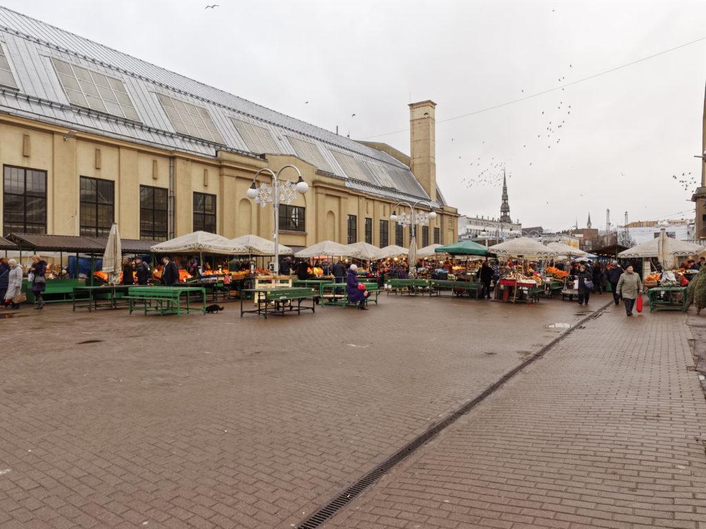 Bild: Auf dem Außengeländes des Zentralmarktes von Rīga. Ende Dezember 2014. OLYMPUS OM-D E-M1 mit M.ZUIKO DIGITAL ED 12‑40mm 1:2.8 PRO Klicken Sie auf das Bild, um es zu vergrößern.