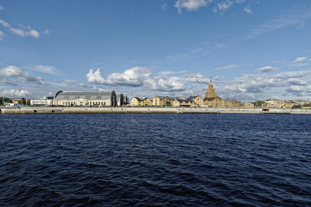 Bild: Außenbereich des Zentralmarktes von Rīga. Anfang Mai 2014 von der Daugava aus gesehen. NIKON 700 mit TAMRON SP 24-70mm F/2.8 Di VC USD. Klicken Sie auf das Bild, um es zu vergrößern.