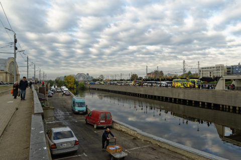 Bild: Auf dem Außengeländes des Zentralmarktes von Rīga. Anfang Oktober 2014. NIKON 700 mit TAMRON SP 24-70mm F/2.8 Di VC USD. Klicken Sie auf das Bild, um es zu vergrößern.