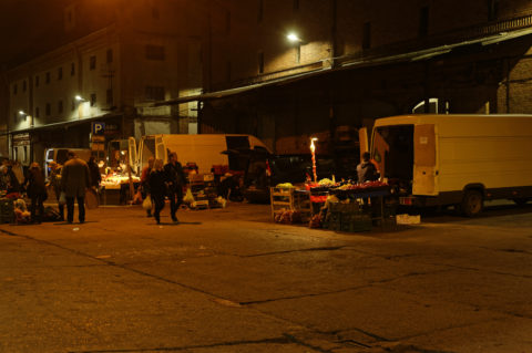 Bild: Auf dem Nachtmarkt des Zentralmarktes von Rīga. Anfang Oktober 2014. Auf dem Nachtmarkt ist es nochmal deutlich günstiger, landwirtschaftliche Erzeugnisse zu kaufen, als auf dem Zentralmarkt. NIKON 700 mit TAMRON SP 24-70mm F/2.8 Di VC USD. Klicken Sie auf das Bild, um es zu vergrößern.