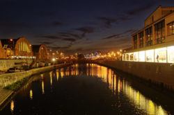 Bild: Abendstimmung Anfang November 2011 am Zentralmarkt in Rīga. Links im Bild der Zentralmarkt und rechts der Zentrale Autobusbahnhof. NIKON D300s mit AF-S DX NIKKOR 18-200 mm 1:3.5-5.6G ED VR Ⅱ. Klicken Sie auf das Bild, um es zu vergrößern.