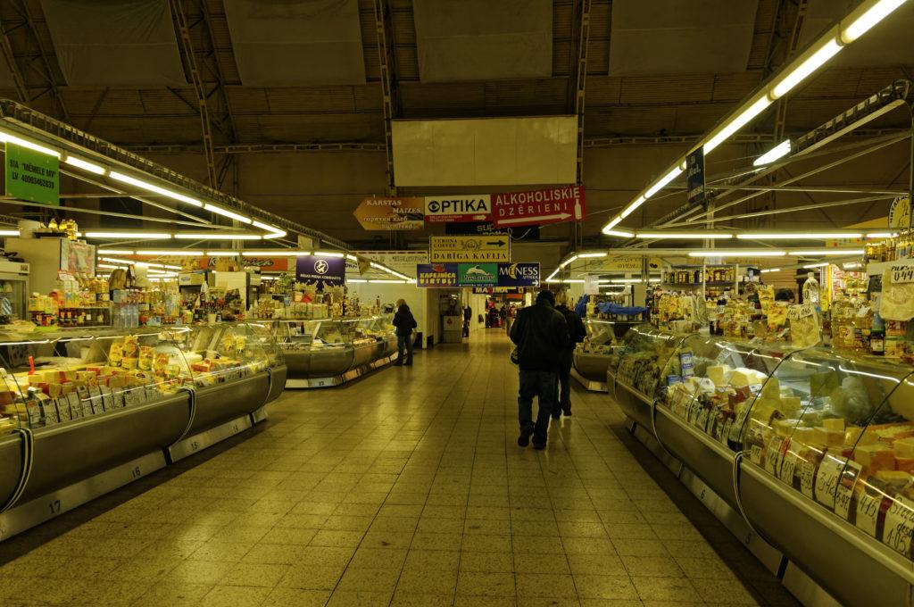 Bild: In der Milchhalle des Zentralmarktes von Rīga. Anfang November 2011. Käse und Milchprodukte in einer unglaublichen Vielfalt, soweit das Auge reicht. NIKON D300s mit AF-S DX NIKKOR 18-200 mm 1:3.5-5.6G ED VR Ⅱ. Klicken Sie auf das Bild, um es zu vergrößern.