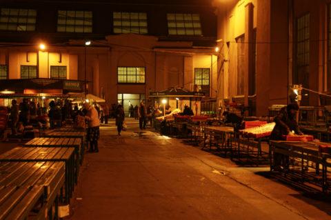 Bild: Außenbereich des Zentralmarktes von Rīga. Anfang November 2011. Kurz vor Ladenschluss. NIKON D300s mit AF-S DX NIKKOR 18-200 mm 1:3.5-5.6G ED VR Ⅱ. Klicken Sie auf das Bild, um es zu vergrößern.