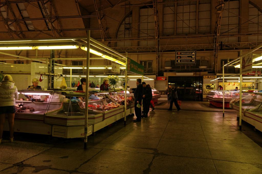 Bild: In der Fleischhalle des Zentralmarktes von Rīga. Anfang November 2011. Kurz vor Ladenschluss. NIKON D300s mit AF-S DX NIKKOR 18-200 mm 1:3.5-5.6G ED VR Ⅱ. Klicken Sie auf das Bild, um es zu vergrößern.