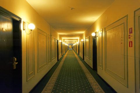Bild: Flur des geschlossenen Hotel Rīga in der Altstadt der lettischen Hauptstadt.