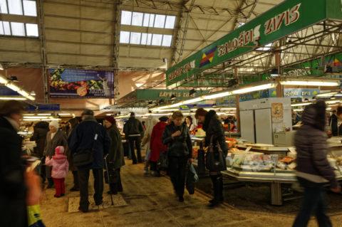 Bild: In der Fischhalle des Zentralmarktes von Rīga. Anfang November 2011. NIKON D300s mit AF-S DX NIKKOR 18-200 mm 1:3.5-5.6G ED VR Ⅱ. Klicken Sie auf das Bild, um es zu vergrößern.