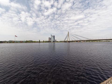 Bild: Rīga - Die Schrägseilbrücke oder Vanšu-Brücke oder Vanšu tilts über den Fluss Daugava. Ansicht von der Steinbrücke. Foto von Ende Mai 2019. Klicken Sie auf das Bild, um es zu vergrößern.