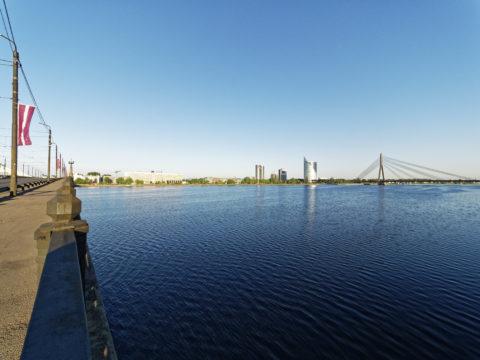 Bild: Rīga - Die Schrägseilbrücke oder Vanšu-Brücke oder Vanšu tilts über den Fluss Daugava. Ansicht von der Steinbrücke. Foto von Mitte Mai 2018. Klicken Sie auf das Bild, um es zu vergrößern.