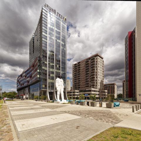 Bild: In den letzten Jahren entstanden große Geschäftshäuser an der Kreuzung der Straßen Brīvības gatve und Gustava Zemgala gatve in Teika. Der Bürokomplex Jauna Teika (Neues Teika). Aufnahme aus dem Jahr 2019.