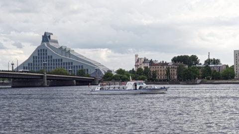Bild: Die Lettische Nationalbibliothek oder Latvijas Nacionālā bibliotēka in Rīga vom rechten Ufer der Daugava aus gesehen. Anfang Juni 2014.