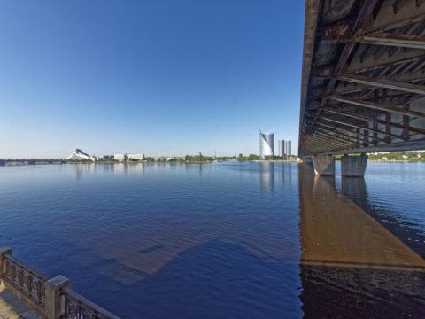Bild: Rīga - Die Schrägseilbrücke oder Vanšu-Brücke oder Vanšu tilts über den Fluss Daugava. Die aus Stahl bestehende Tragstruktur der Vanšu tilts hat sie 1981 mehr als nur ein wenig Rost angesetzt. Foto von Anfang Juni 2017. Klicken Sie auf das Bild, um es zu vergrößern.