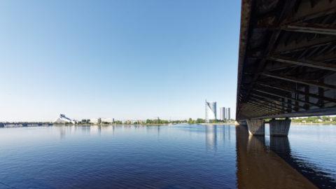 Bild: Die Lettische Nationalbibliothek oder Latvijas Nacionālā bibliotēka in Rīga vom rechten Ufer der Daugava aus gesehen.