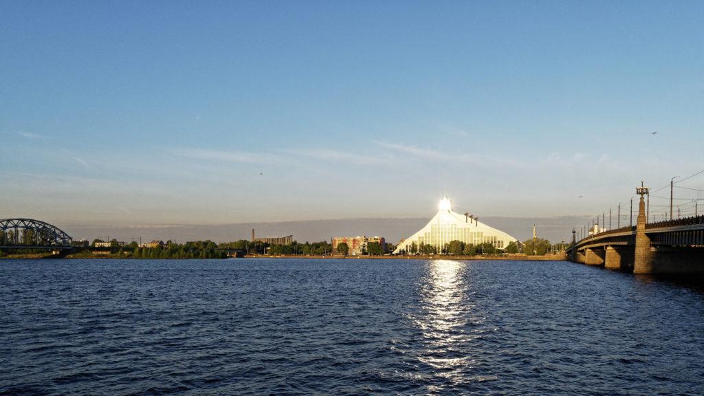 Bild: Sie ist wirklich ein Schloss des Lichts. Die Lettische Nationalbibliothek oder Latvijas Nacionālā bibliotēka in Rīga vom rechten Ufer der Daugava aus gesehen. Anfang Juni 2017.