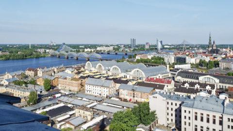 Bild: Rīga - Der Hauptsitz der lettischen SWEDBANK im Saules akmens oder Sonnenstein im Stadtteil Āgenskalns von der Aussichtsplattform der Akademie der Wissenschaften aus gesehen. Aufnahme Anfang Juni 2017. Klicken Sie auf das Bild, um es zu vergrößern.