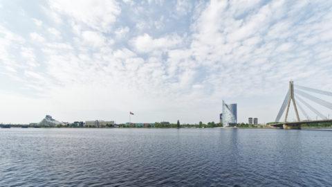 Bild: Die Lettische Nationalbibliothek oder Latvijas Nacionālā bibliotēka in Rīga vom rechten Ufer der Daugava aus gesehen. Ende Mai 2019.