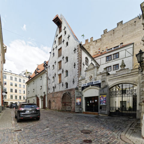 Bild: Das Speicherhaus in der Vecpilsētas iela in der Altstadt von Rīga stammt aus dem 17. Jahrhundert.