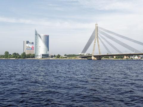 Bild: Rīga - Die Schrägseilbrücke oder Vanšu-Brücke oder Vanšu tilts über den Fluss Daugava. Der Rost ist nicht verschwunden - wie auch, wenn man ihn nicht entfernt. Foto von Mitte August 2018. Klicken Sie auf das Bild, um es zu vergrößern.