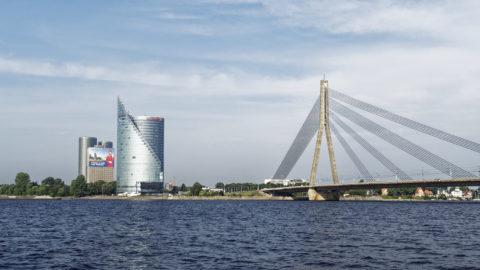 Bild: Rīga - Der Hauptsitz der lettischen SWEDBANK im Saules akmens oder Sonnenstein im Stadtteil Āgenskalns. Rechts im Bild ist die Vanšu-Brücke - Vanšu tilts - zu sehen. Aufnahme Mitte August 2017. Klicken Sie auf das Bild, um es zu vergrößern.