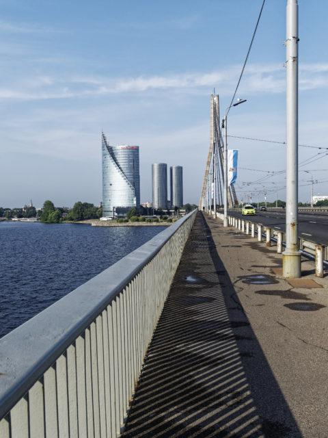 Bild: Rīga - Die Schrägseilbrücke oder Vanšu-Brücke oder Vanšu tilts über den Fluss Daugava. Immerhin sieht der Asphalt noch gut aus. Foto von Mitte August 2018. Klicken Sie auf das Bild, um es zu vergrößern.