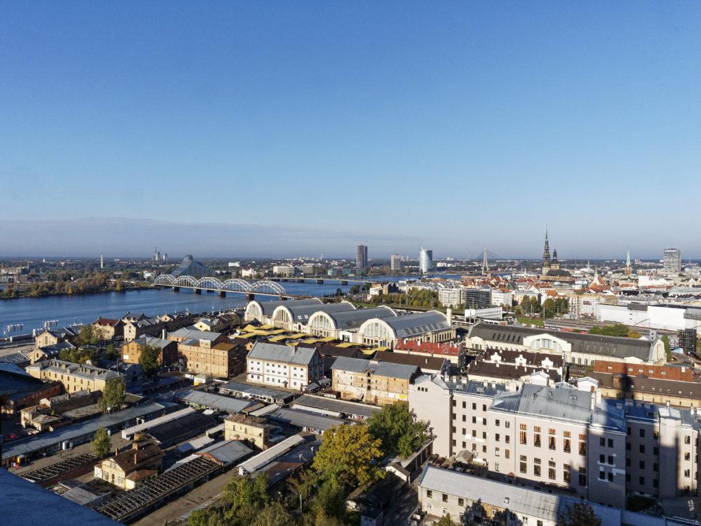 Bild: Die Lettische Nationalbibliothek oder Latvijas Nacionālā bibliotēka in Rīga von der Steinbrücke vom rechten Ufer der Daugava von der Beobachtungsplattform der Akademie der Wissenschaften aus gesehen. Anfang Oktober 2014.