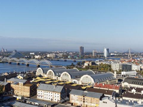 Bild: Die Lettische Nationalbibliothek oder Latvijas Nacionālā bibliotēka in Rīga von der Beobachtungsplattform der Akademie der Wissenschaften aus gesehen.<br /> Anfang Oktober 2014.