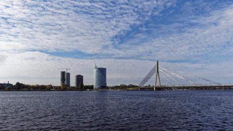 Bild: Rīga - Der Hauptsitz der lettischen SWEDBANK im Saules akmens oder Sonnenstein im Stadtteil Āgenskalns. Links sind die noch im Bau befindlichen Z-Towers und rechts der Pylon der Vanšu-Brücke - Vanšu tilts - zu sehen. Aufnahme Ende Oktober 2014. Klicken Sie auf das Bild, um es zu vergrößern.