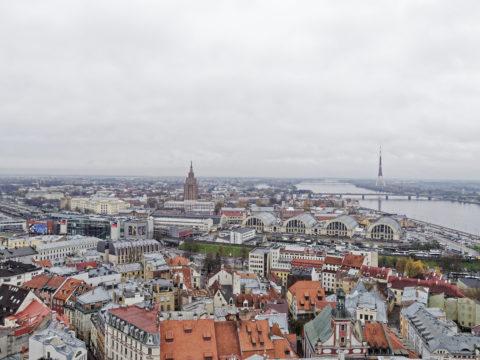 Bild: Rīga - Der Fernsehturm oder Rīgas radio un televīzijas tornis auf der Insel Zaķusala von Turm der Peterskirche aus gesehen. Aufnahme aus dem Jahre 2017. Klicken Sie auf das Bild, um es zu vergrößern.