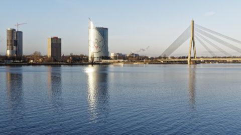 Bild: Rīga - Der Hauptsitz der lettischen SWEDBANK im Saules akmens oder Sonnenstein im Stadtteil Āgenskalns. Links sind die noch im Bau befindlichen Z-Towers und rechts der Pylon der Vanšu-Brücke - Vanšu tilts - zu sehen. Aufnahme Mitte Dezember 2014. Klicken Sie auf das Bild, um es zu vergrößern.