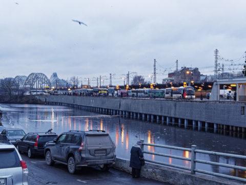 Bild: Die Lettische Nationalbibliothek oder Latvijas Nacionālā bibliotēka in Rīga vom Zentralmarkt am rechten Ufer der Daugava aus gesehen. Ende Dezember 2015.