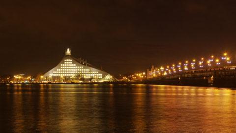Bild: Die Lettische Nationalbibliothek oder Latvijas Nacionālā bibliotēka in Rīga vom rechten Ufer der Daugava aus gesehen. Mitte Dezember 2014.