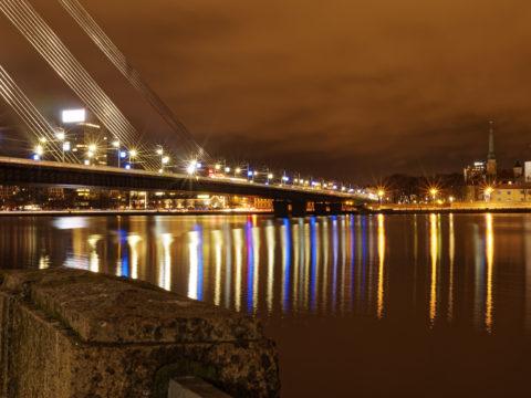 Bild: Rīga - Die Schrägseilbrücke oder Vanšu-Brücke oder Vanšu tilts über den Fluss Daugava. Bei Nacht zeigt die Brücke ihren alten Glanz. Foto von Ende Dezember 2014. Klicken Sie auf das Bild, um es zu vergrößern.