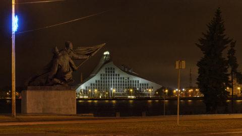 Bild: Die Lettische Nationalbibliothek oder Latvijas Nacionālā bibliotēka in Rīga vom rechten Ufer der Daugava aus gesehen. Ende Dezember 2015.