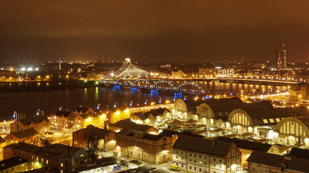Bild: Die Lettische Nationalbibliothek oder Latvijas Nacionālā bibliotēka in Rīga von der Steinbrücke vom rechten Ufer der Daugava von der Beobachtungsplattform der Akademie der Wissenschaften aus gesehen. Ende Dezember 2015.