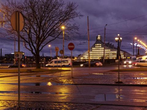 Bild: Die Lettische Nationalbibliothek oder Latvijas Nacionālā bibliotēka in Rīga vom rechten Ufer der Daugava aus gesehen. Ende Dezember 2015. High Iso Free Hand Shot.