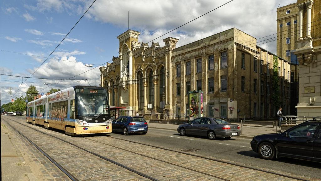 Bild: Das Verwaltungsgebäude des ehemaligen Unternehmens VEF (Valsts elektrotechniskā fabrika; deutsch: Staatliche Elektrotechnische Fabrik) prägt bis heute die Architektur an der Brīvības gatve im Stadtteil Teika von Rīga. Aufnahme aus dem Jahr 2014.