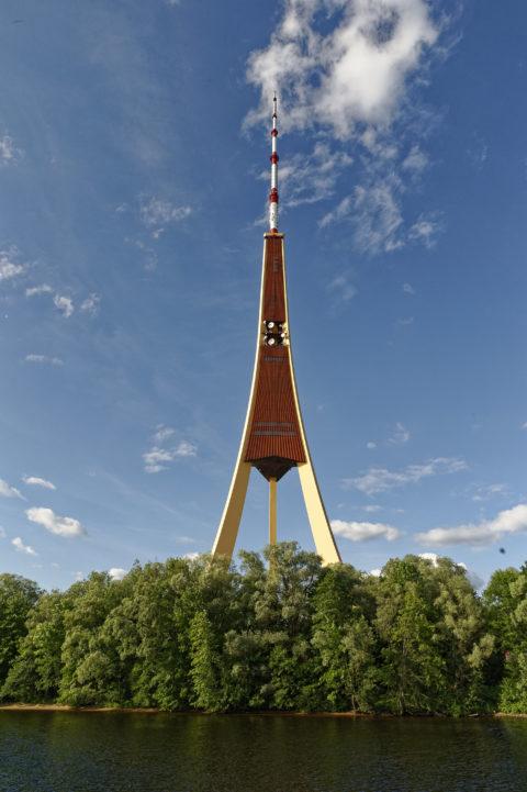 Bild: Rīga - Der Fernsehturm oder Rīgas radio un televīzijas tornis auf der Insel Zaķusala von der Daugava aus gesehen. Aufnahme aus dem Jahre 2014. Klicken Sie auf das Bild, um es zu vergrößern.