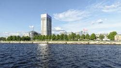 Bild: Rīga - Das Bürohochhaus und die Citadele Bank am Republikas laukums - dem Platz der Republik - auf dem Gelände der ehemaligen Zitadelle am nördlichen Rand der Altstadt. Links ist das Wohnhaus Centra nams und rechts die Citadele Bank zu sehen.