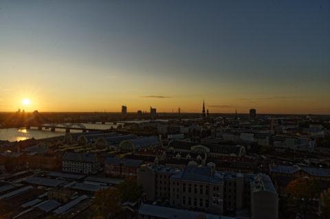 Bild: Rīga - Der Hauptsitz der lettischen SWEDBANK im Saules akmens oder Sonnenstein im Stadtteil Āgenskalns von der Aussichtsplattform der Akademie der Wissenschaften aus gesehen. Aufnahme Anfang Oktober 2014. Klicken Sie auf das Bild, um es zu vergrößern.