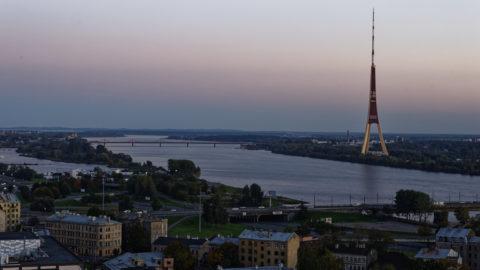 Bild: Rīga - Der Fernsehturm oder Rīgas radio un televīzijas tornis auf der Insel Zaķusala von der Aussichtsplattform der Akademie der Wissenschaften aus bei Sonnenuntergang gesehen. Aufnahme aus dem Jahre 2014. Klicken Sie auf das Bild, um es zu vergrößern.
