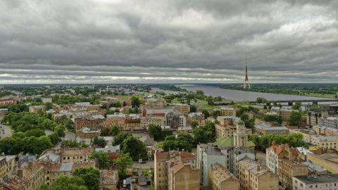 Bild: Rīga - Der Fernsehturm oder Rīgas radio un televīzijas tornis auf der Insel Zaķusala von der Aussichtsplattform der Akademie der Wissenschaften aus gesehen. Aufnahme aus dem Jahre 2014. Klicken Sie auf das Bild, um es zu vergrößern.