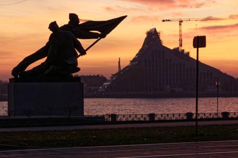 Bild: Sonnenuntergang an einem Novemberabend am Altstadtufer der Daugava in Rīga. Im Bild sind das Denkmal zu Ehren der Revolution von 1905 und die noch im Bau befindliche Nationalbibliothek zu sehen. Klicken Sie auf das Bild um es zu vergrößern.
