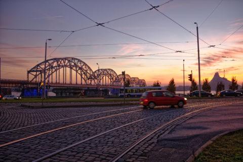 Bild: Sonnenuntergang an einem Novemberabend am Altstadtufer der Daugava in Rīga. Im Bild ist die Eisenbahnbrücke zu sehen. Die 11. novembra krastmala ist eine der Hauptverkehrsadern am östlichen Ufer der Daugava in Rīga Klicken Sie auf das Bild um es zu vergrößern.