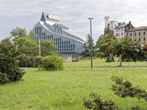 Bild: Die Lettische Nationalbibliothek oder Latvijas Nacionālā bibliotēka in Rīga vom linken Ufer der Daugava aus gesehen.<br /> Anfang Juni 2014.