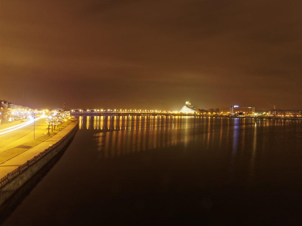 Bild: Die Lettische Nationalbibliothek oder Latvijas Nacionālā bibliotēka in Rīga von der Steinbrücke vom rechten Ufer der Daugava von der Vanšu Brücke aus gesehen. Ende Dezember 2013.