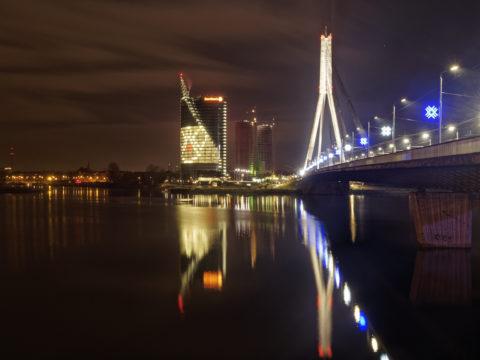 Bild: Rīga - Der Hauptsitz der lettischen SWEDBANK im Saules akmens oder Sonnenstein im Stadtteil Āgenskalns. Rechts im Bild ist die Vanšu-Brücke - Vanšu tilts - zu sehen. Aufnahme Ende Dezember 2013. Klicken Sie auf das Bild, um es zu vergrößern.